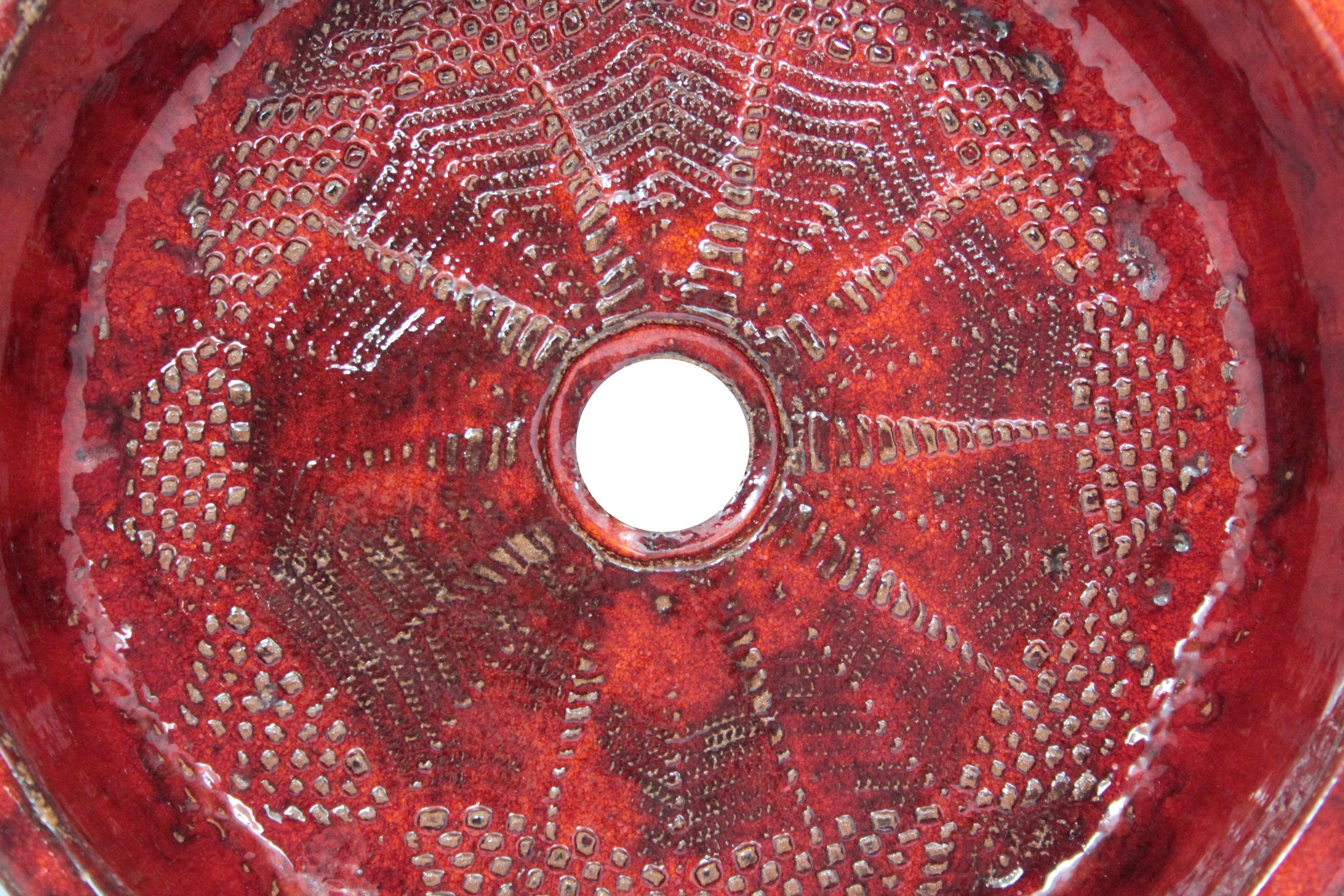 Rotes Waschbecken